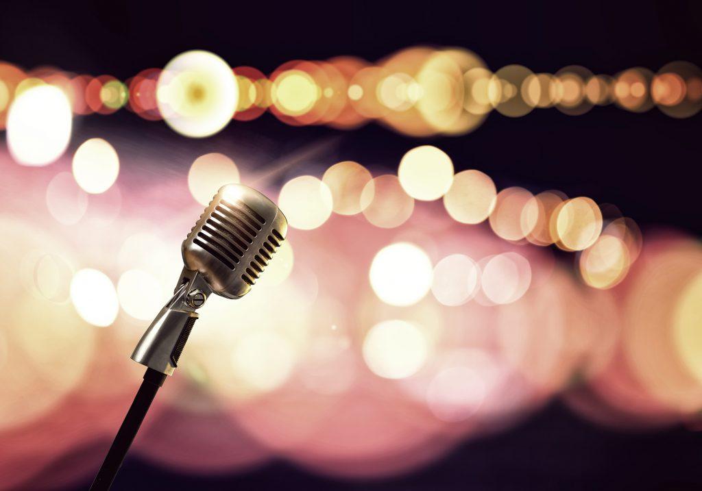 Nahaufnahme eines Mikrofons auf einer Bühne