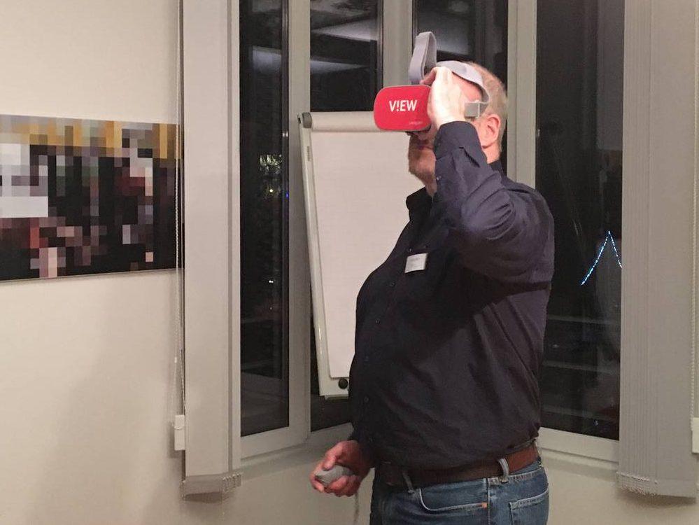 Mann guckt durch eine VR-Brille