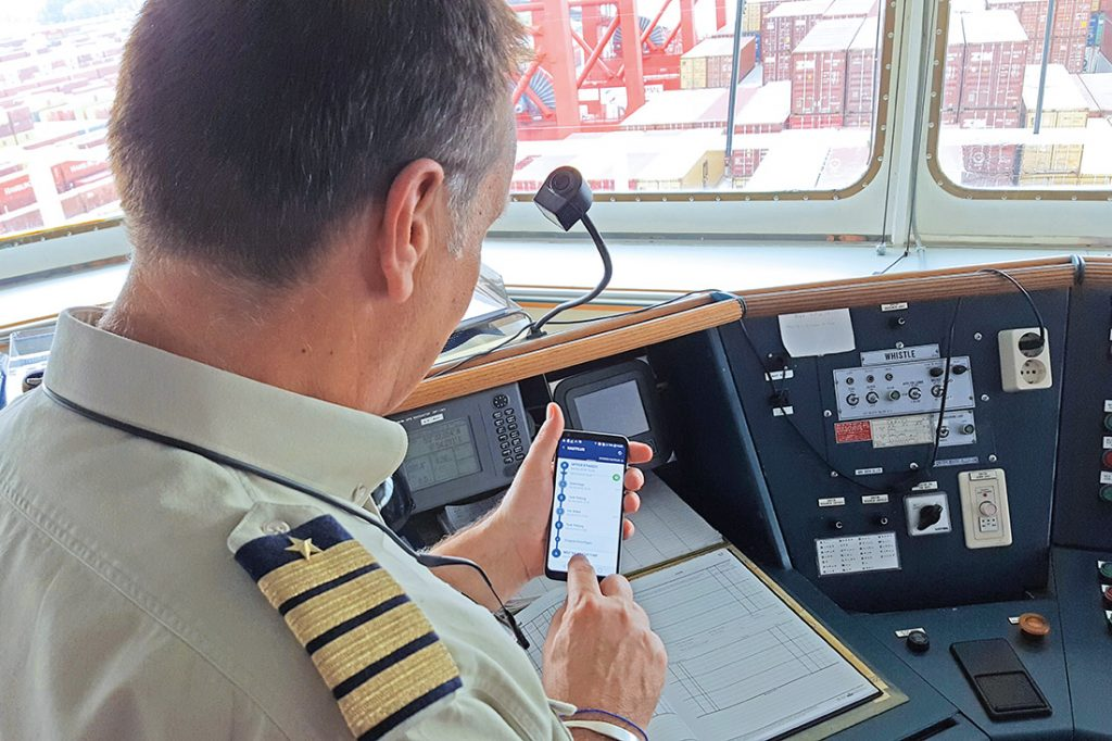 Schiffskapitän mit Smartphone