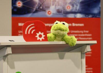 Quantumfrog-vor-dem-Banner-des-Mittelstand-4.0-Kompetenzzentrum-Bremen-1-e1560844147729