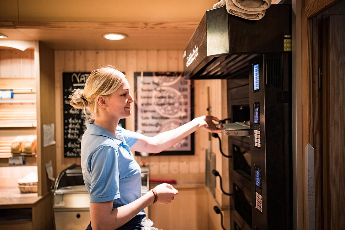 Rund 100 Beschäftigte arbeiten in den IGEL-Filialen, Bild: IGEL Bäckerei